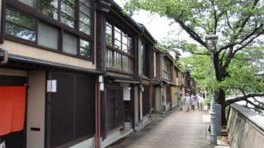 主計町茶屋街を歩く観光客の方が増えています